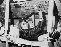 Margaret Hamilton wasn't supposed to invent the modern concept of software and land men on the moon. Not only did Margaret Hamilton take her 4 year-old daughter to work (at NASA), her daughter actually helped to save Apollo Mary Mcleod Bethune, Margaret Hamilton, Mission Apollo 11, Apollo Missions, Nasa Missions, Moon Missions, Michael Collins, Neil Armstrong, Historical Women