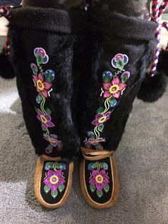 Native Beading Patterns, Beadwork Designs, Native Beadwork, Native American Beadwork, Beaded Shoes, Beaded Moccasins, Native American Wedding, Native American Fashion, Native Design