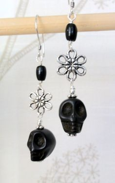 Items similar to Dia de los Muertos Earrings - Black Skull w/ Flower on Etsy Diy Earrings And Necklaces, Jewelry Design Earrings, Skull Earrings, Diy Jewelry, Beaded Jewelry, Handmade Jewelry, Jewelry Making, Sugar Skull Jewelry, Halloween Earrings