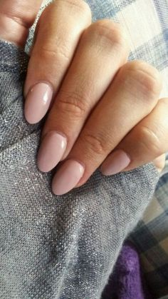 THE trend of this year for me: OVAL NAILS. It doesn't matter what color you put on it will always looks natural and stylish. My tip: nude or white oval nails. Gorgeous!!!!