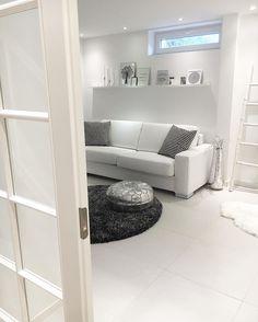 Takkahuoneen moderni valkoinen tyyliä ja valaistus