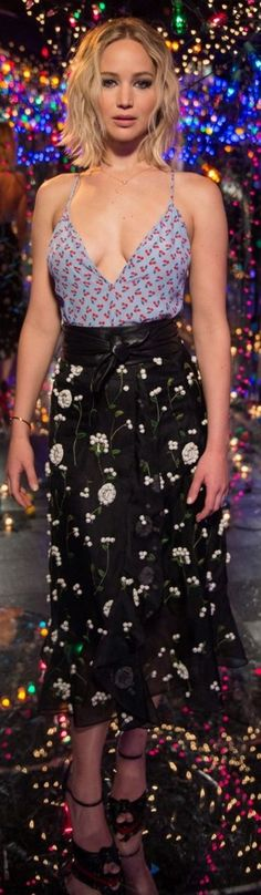 Jennifer Lawrence wearing Shirt and skirt – Altuzarra Shoes – Christian Louboutin Jennifer Lawrence Style, Jenifer Lawrence, Black Floral Skirt, Femmes Les Plus Sexy, Actrices Hollywood, Woman Crush, Beautiful Actresses, Hunger Games, Kentucky