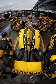2010 Renault Team working on Robert Kubica Renault Formula 1 Car Racing, Formula 1 Gp, Benetton, Renault Formula 1, Renault F1 Team, Nascar, Stock Car, Gp F1, Australian Grand Prix