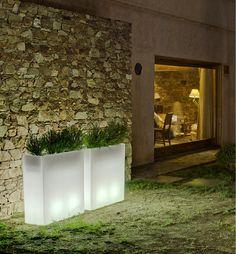Macetero iluminado para uso exterior o interior, fabricado con polietileno de baja densidad y alta calidad. Disponible en luz fría, cálida, LED-RGB (con mando a distancia) o SISTEMA WIRELESS & WATERPROOF (sin cables).  80cm x 80cm x 30cm  http://www.ibergada.com/Lamparas-online/Exterior%20?product_id=3509