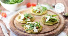 Vegetarische Mini-Pizzen-Rezept: Diese Pizzen im Mini-Format sind ein toller Snack für Partys, Kindergeburtstage und Co. Sie lassen sich ganz individuell belegen und perfekt nebenbei snacken.