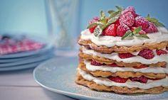 """Waffeltorte """"naked cake"""" Rezept: Für Hochstapler: Ein süßer Waffelturm mit frischen Beeren und einer feinen Creme - Eins von 5.000 leckeren, gelingsicheren Rezepten von Dr. Oetker!"""