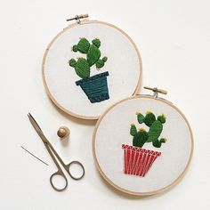Embroidery by Sarah Benning – Handstickerei Cactus Embroidery, Simple Embroidery, Embroidery Hoop Art, Embroidery Patterns, Embroidered Cactus, Cross Stitch Fabric, Cross Stitch Embroidery, Diy Broderie, Bordados E Cia