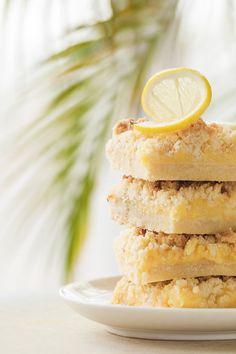 Mezi vrstvami křupavého máslového těsta překvapí svěží nakyslá náplň; Eva Malúšová