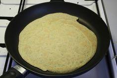 Mel, majsmel, salt, timian og æg røres sammen. Varm smørret op og rør halvdelen godt ind i dejen. Tilsæt vand og rør det dammen. Lad dejen hvile en halv time. <BR> <BR> Pensl en varm Tefal-pa