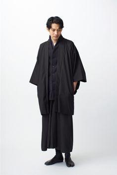 トローヴ(TROVE)の和装ブランド、和ローブ(和ROBE)から冬限定アイテムが登場。2017年12月から発売される。2017年の冬限定アイテムでは、年末年始の挨拶や、初詣など、着物を着る機会の多い冬... 写真41/44 All Black Fashion, Monochrome Fashion, All Black Outfit, Japanese Outfits, Japanese Fashion, Asian Fashion, Fashion Mask, Kimono Fashion, Fashion Outfits