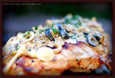 Pechuga de pavo con queso roquefort y aceitunas negras.