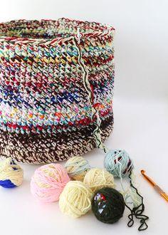Scrap Yarn Crochet, Knit Or Crochet, Crochet Crafts, Crochet Stitches, Crochet Basket Pattern, Crochet Patterns, Crochet Baskets, Knit Basket, Yarn Projects