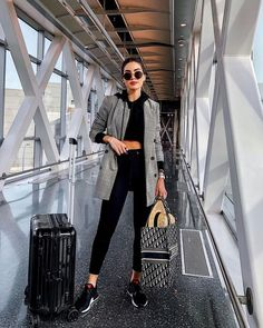 Legging-and-sneaker airport outfit – travel outfit Airport Travel Outfits, Airport Style, Airport Fashion, Comfy Airport Outfit, Travelling Outfits, Look Fashion, Girl Fashion, Fashion Outfits, Fashion Trends