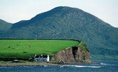Irlanda. A costa da Irlanda nos remete a paisagens dramáticas, repleta de cores verdejantes.