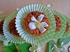 Herbaciane babeczki z płatkami jaśminu, bez mąki, z olejem rzepakowym - http://www.mytaste.pl/r/herbaciane-babeczki-z-p%C5%82atkami-ja%C5%9Bminu--bez-m%C4%85ki--z-olejem-rzepakowym-54058033.html