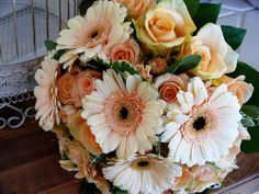 love the combo of daisies and roses