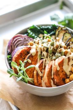 Chickpea, Sweet Potato and Kale Bowls with Garlic Tahini Sauce - Eat Spin. Crispy Chickpea, Sweet Potato and Kale Bowls with Garlic Tahini Sauce - Eat Spin. Plats Healthy, Whole Food Recipes, Cooking Recipes, Cooking Beef, Vegetarian Recipes, Healthy Recipes, Keto Recipes, Xmas Recipes, Ramen Recipes
