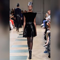 See all the looks from the collection Fashion 2017, Runway Fashion, Fashion News, Fashion Show, Fashion Trends, Paris Fashion, What Is Fashion, Fashion Looks, Catty Noir