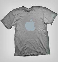 Siéntete independiente y único, con este limpio diseño de Apple, muestra tu iphone y recuerda tu mac y ipad. Polera de la exitosa empresa creadora del sistema operativo Macintosh y OSX.Disponible en variedad de colores y Glee, Mens Tops, Mac, T Shirt, Apple, Iphone, Operating System, Budget, Colors