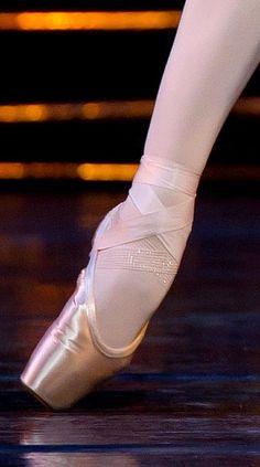 Royal Ballet Principal Dancer Zenaida Yanowsky's foot. Pointe Shoes, Ballet Shoes, Dance Shoes, Royal Ballet, All About Dance, Perfect Photo, Ballet Costumes, Job Description, Flats