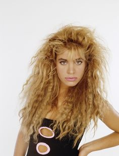 We get it, textured hair can be kind of cool. But this ubiquitous style (modeled here by Taylor Dayne) just looks frizzy — and wasn't really flattering on anybody. Makeup Trends, Beauty Trends, Beauty Hacks, Hair Trends, Taylor Dayne, Beauty Regimen, Oily Hair, Tips Belleza, Ingrown Hair