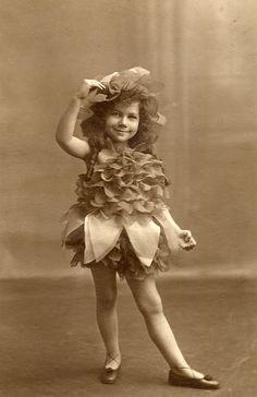 A flower fairy, vintage costume photo Vintage Children Photos, Vintage Pictures, Old Pictures, Vintage Images, Old Photos, Antique Photos, Vintage Photographs, Belle Epoque, Portraits Victoriens