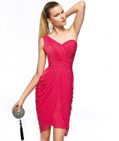 Vestido de fiesta corto en color rosa intenso con un tirante y brocados en corpiño y falda - Foto Pronovias