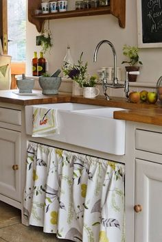 Rustic kitchen with French country sink Small Country Kitchens, Country Kitchen Designs, Rustic Kitchens, Kitchen Country, Country Homes, Design Kitchen, Country Farmhouse, Vintage Kitchen, New Kitchen