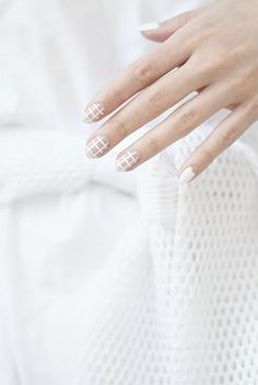 minimal graphic white mani