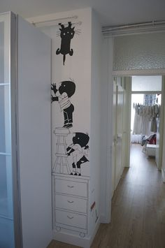 Het originele plaatje uit het boek ging hier niet passen en er was ook te weinig ruimte boven op de kast om kat Siepie te schilderen. Daarom heb ik het ontwerp wat aangepast en kwam ik met het idee om kat Siepie aan de verwarmingsbuizen te laten hangen. Home Bedroom, Bedroom Decor, Wall Decor, Murals Street Art, Kids Poster, Inspiration Wall, Kids Furniture, White Walls, Wall Design