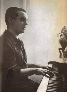 Lorca ante el  piano en el verano de 1934. La foto fué tomada por Eduardo Blanco-Amor, un conocido escritor gallego