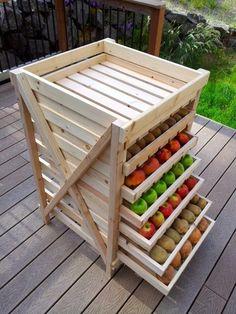 Un rangement très organisé des fruits et des légumes avec ce DIY en palette  http://www.homelisty.com/meuble-en-palette/