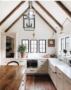 Cozy living room in Swiss chalet built by Myron Hunt in California - Home Design and Decoration Farmhouse Kitchen Island, Modern Farmhouse Kitchens, White Kitchen Cabinets, Rustic Kitchen, Country Kitchen, New Kitchen, Kitchen Decor, Kitchen White, Farmhouse Style