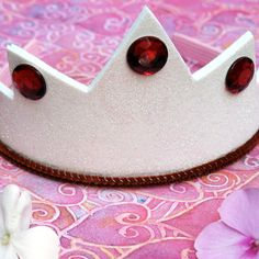Snow White's crown: Snow White's Crown template Scissors White glitter felt (the kind that's stiff) Hot glue gun 5 red acrylic gems 2 red or maroon pipe cleaners Cloth-covered headband Princess Crafts, Princess Party, Princess Tiara, Snow White Crafts, Crown Template, Heart Template, Butterfly Template, Flower Template, Fall Crafts