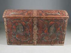 """Kiste med rød bunnfarge, rosemalt av """"Drangedalsmaleren"""" 1816. L: 120 cm. Prisantydning: ( 6000 - 7000) Solgt for: 5800"""