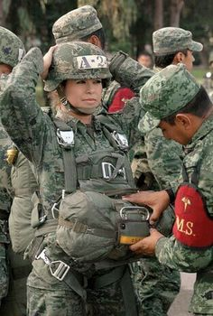 Estilo Chola, Female Soldier, Paratrooper, American Soldiers, World History, Real Women, Hero, Army, Gallows