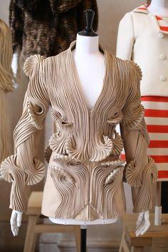 Iris Van Herpen, haute couture P/E - Photo : © Saskia Lawaks Unique Fashion, 3d Fashion, Fashion Details, Fashion Outfits, Fashion Design, Fashion Trends, Iris Van Herpen, Vogue Paris, Draped Fabric