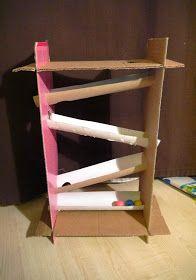 В этот раз у дочки появилось две новые игрушки: самолёт она придумала сама из коробки, форма которой почти идеально подходила, даже с окошк...