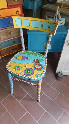 Come dipingere una sedia - Decorare una sedia a mano How to paint a chair - Decorate a chair by hand after pick up the wood Hand Painted Chairs, Whimsical Painted Furniture, Painted Stools, Hand Painted Furniture, Recycled Furniture, Colorful Furniture, Weird Furniture, Art Furniture, Furniture Projects
