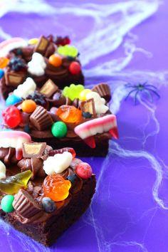Sweet Loaded Halloween Brownies 💜🍫👻 | instagram.com/laurascakes_x Brownie Milkshake Recipes, Brownie Recipes, Cupcake Recipes, Cupcake Cakes, Halloween Brownies, Brownie Mix Cookies, Brownie Toppings, Easy Halloween Food, Halloween Desserts