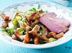 Lauwarmer Zucchini-Pfifferling-Salat mit Entenbrust Rezept | LECKER
