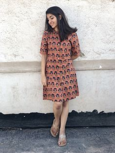 Pair it with narrow bottoms and there's your perfect work wear look. Western Dresses For Women, Frock For Women, Stylish Dresses, Casual Dresses, Short Dresses, Kurta Designs Women, Blouse Designs, Short Kurti Designs, Frock Fashion