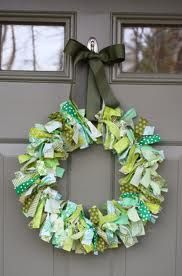 BEST Saint Patrick's Day Crafts and Recipes Fun and easy rag wreath! Great for using up those fabric scraps!Fun and easy rag wreath! Great for using up those fabric scraps! Diy St Patricks Day Wreath, St. Patricks Day, St Patricks Day Crafts For Kids, Kids Crafts, St Patrick's Day Crafts, Holiday Crafts, Spring Crafts, Holiday Wreaths, Easter Crafts