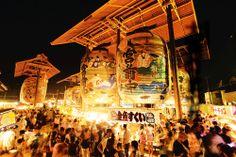 一色大提灯まつり:神話や歴史の場面を描いた6組12張の大提灯が境内に掲げられる諏訪神社の例祭。