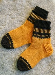 this, in a knee-sock version Wool Socks, My Socks, Knitting Socks, Baby Knitting, Crochet Slippers, Knit Crochet, I Spy Diy, Winter Socks, Knitting Videos