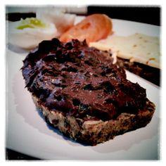 Mutella på stenalderbrød (nej, det er ikke muligt at smøre Mutella ud i et tyndt lag)
