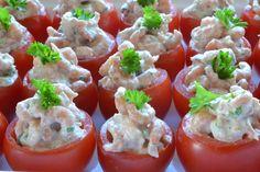 Gevulde tomaatjes met Hollandse garnalen / * 12 kleine tomaatjes (nu TastyTom) * 300 gram Hollandse garnalen * 1 eetl mayonaise * 1 eetl crème fraîche * 1 eetl verse bieslook, in ringetjes * 1 theel verse dille, fijngesneden * 1 theel verse peterselie, fijngesneden * 2 eetl citroensap * snuf cayennepeper * zout * extra takjes krulpeterselie voor garnering