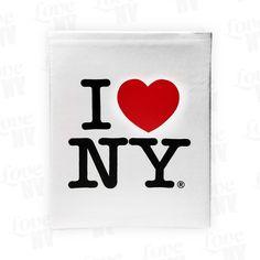 Erinnere dich stets an deinen Trip nach New York City mit diesem praktischen Fotoalbum. Sammele bis zu 100 Fotos und Motive und erinnere dich mit jedem Durchblättern an die schönste Stadt der Welt und deinen unvergesslichen Urlaub. Auch in der Farbe Schwarz erhältlich. Original I LOVE NY® Lizenzprodukt.