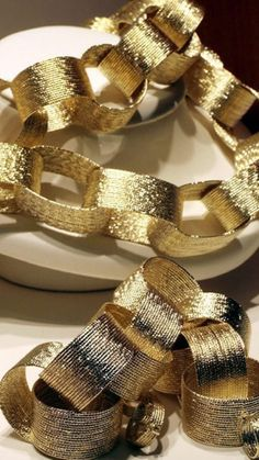 A gold paper chain could easily transform an entire room or a small corner into New Year's Eve Party Central. This idea is fantastically versatile – it's a classic, kid-friendly DIY but could also have the luxe look of a sophisticated celebration. New Years Eve Day, New Years Party, Gold Christmas Decorations, New Years Decorations, Christmas Garlands, Holiday Decor, Nye Party, Festa Party, Diwali Party