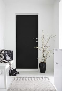 Black and white interior inspiration Black Doors, House Design, Interior, Hallway Inspiration, Interior Inspiration, Black And White Interior, Home Decor, House Interior, Home Deco
